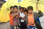 Děti s deštníky