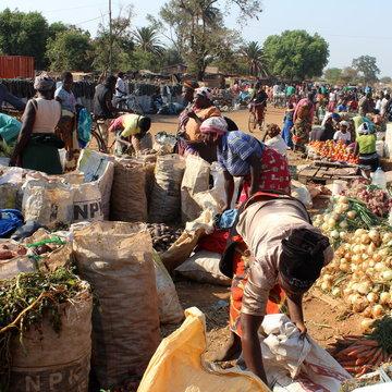 Tržiště Chipata, kde ženy prodávají svou úrodu