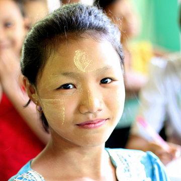 Děti i dospělí si pomalovávají tváře. Je to ozdoba i ochrana před sluncem.